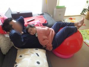 バランスボールで寝てる赤ちゃん